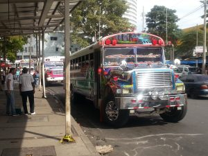 bunte öffentliche Busse in Panama City - Tagesausflug
