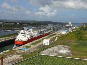 Panama Gatun Schleusen: Schneckentempo für das Transportschiff - dann Fahrt frei in den Atlantik