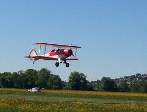Doppeldecker beim Start: Der Flieger wenige Meter über der Startbahn