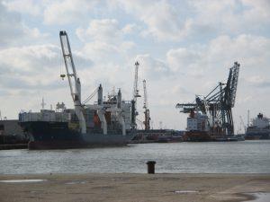 Containerhafen Brüssel: Beladen der Containerschiffe - Der Hafen bietet viele Jobs