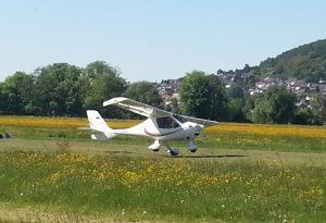 Weißer Flieger: Start und Landung am Flugplatz
