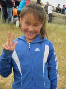 Die Mongolei erleben: Ein kleines Mädchen begrüßt uns - herzlich willkommen auf mongolisch