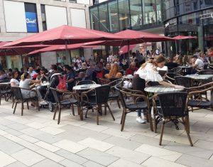 Nebenjob im Straßencafé - Kellnern als Nebentätigkeit