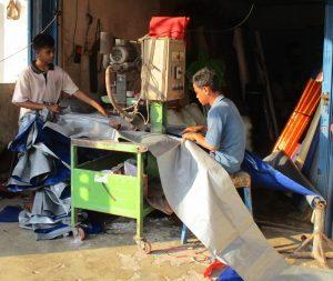 Werkstatt in Indonesien unter freiem Himmel - Produktion von Planen