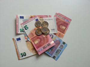 Geldscheine und Geldmünzen: 10 Euro, 20 Euro, zwei Euro ein Euro