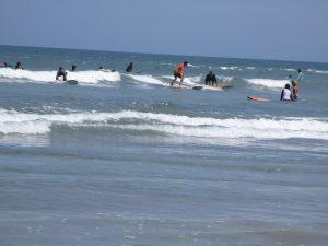 Surfer beim Wellenreiten in Bali Indonesien