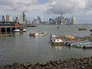 Fernreise nach Panama City: Blick auf über das Meer: die Skyline