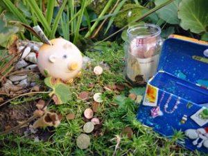 Sparschwein auf der Wiese zum Geld sparen für Kinder